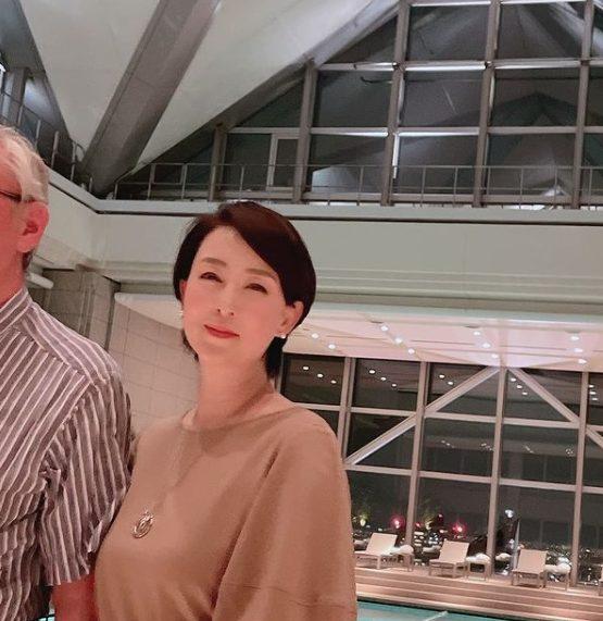 床嶋佳子と夫の画像、プールサイドで