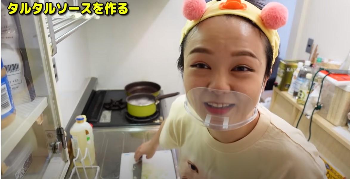 蛙亭岩倉の宮﨑よかとこチャンネルでチキン南蛮作っているところ
