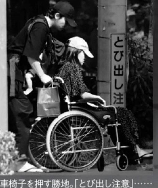 車椅子を押す勝地涼