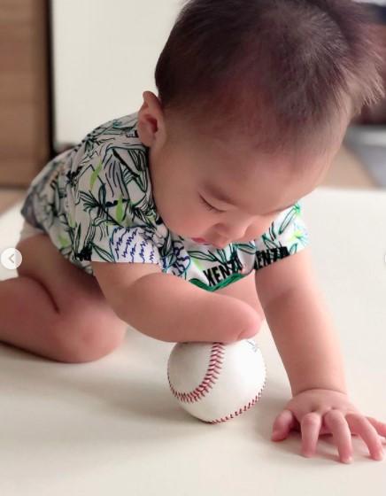 ボールで遊ぶ美馬学の子供