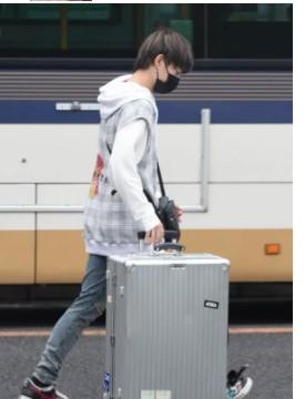 週刊FLASHの画像で三山がスーツケースをもってて出るところ