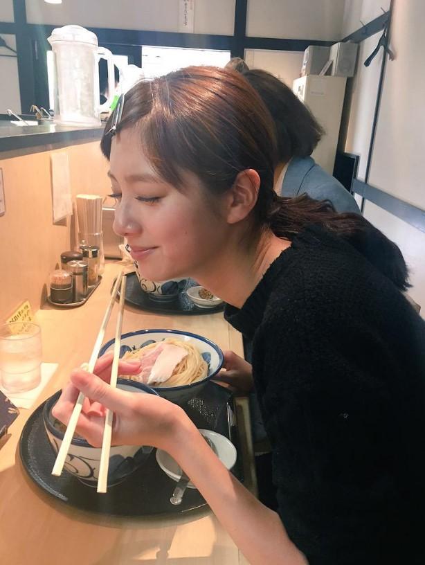 ラーメン食べてる新川優愛