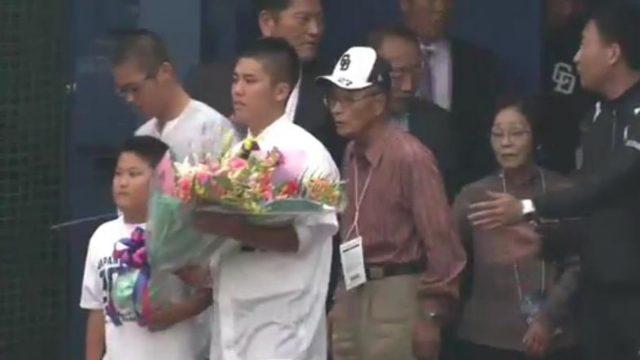 谷繁元信の最終打席に息子が花束を持ってくる